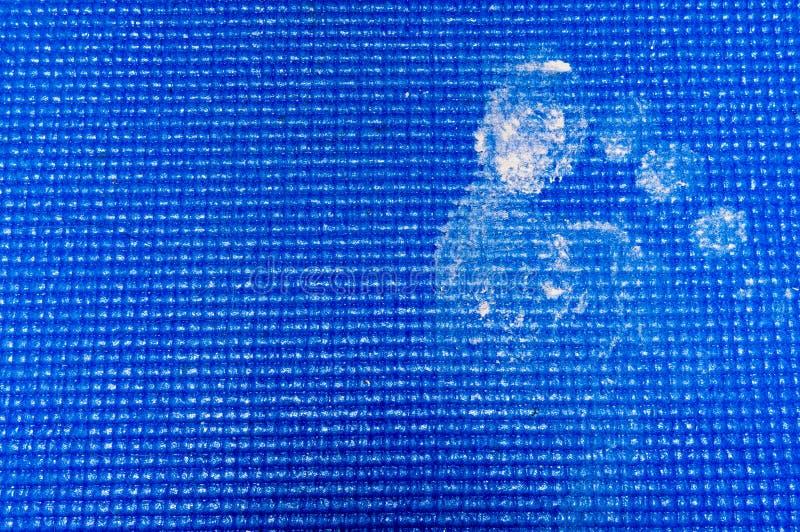 Тинный след ноги на голубой циновке йоги стоковое изображение rf
