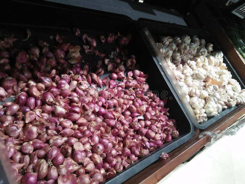 2 типа красных и белых луков приходят от органического сельского хозяйства стоковые фото