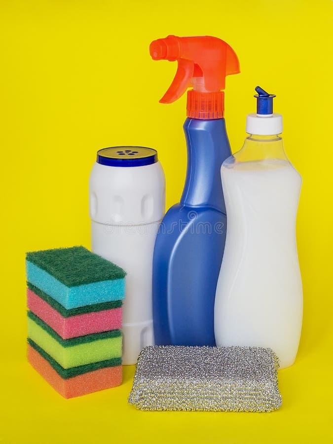 3 типа тензидов для кухни: жидкость, брызги и порошок и красочная губка пены для моя блюд на желтом backgr стоковая фотография