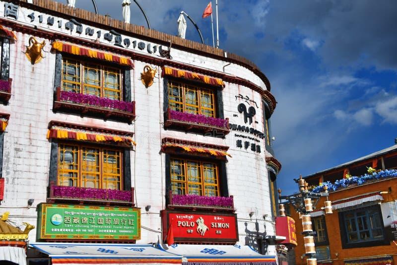 Тибет, Лхаса, Китай, 2-ое июня 2018 Типичная архитектура зданий на улице Barkhor в Лхасе, Тибете, Китае стоковое фото rf