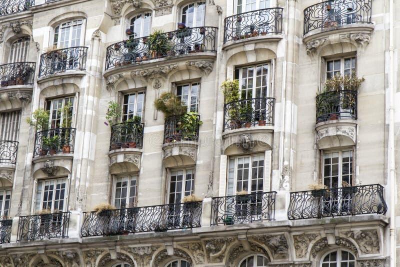 типичная балкона зодчества парижская стоковые фото