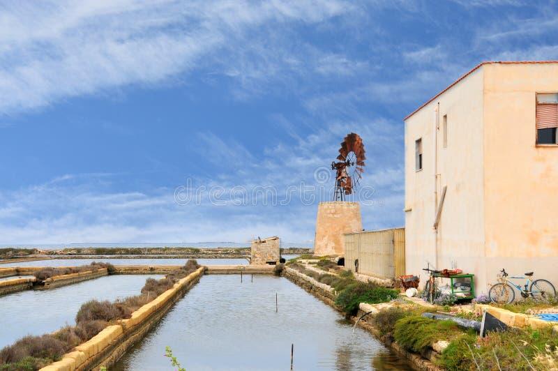 Типичная ветрянка в лотках соли Трапани стоковое фото