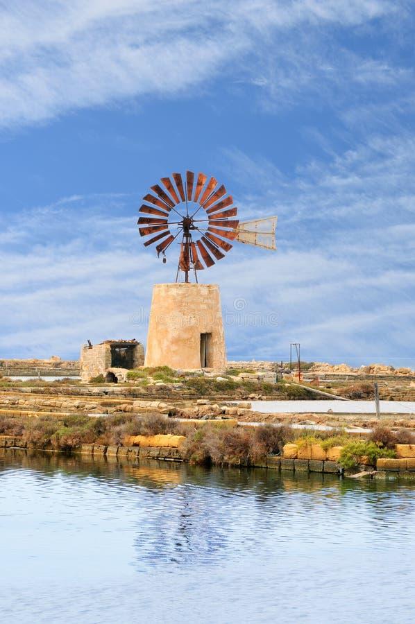 Типичная ветрянка в лотках соли Трапани стоковое фото rf