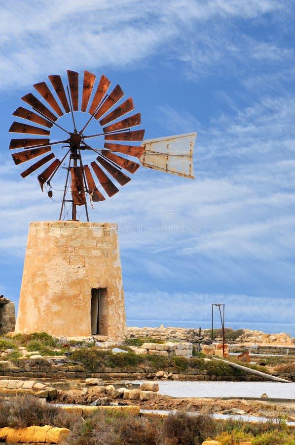 Типичная ветрянка в лотках соли Трапани стоковые фотографии rf