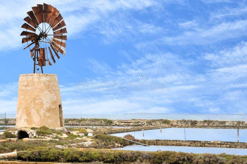 Типичная ветрянка в лотках соли Трапани стоковая фотография rf