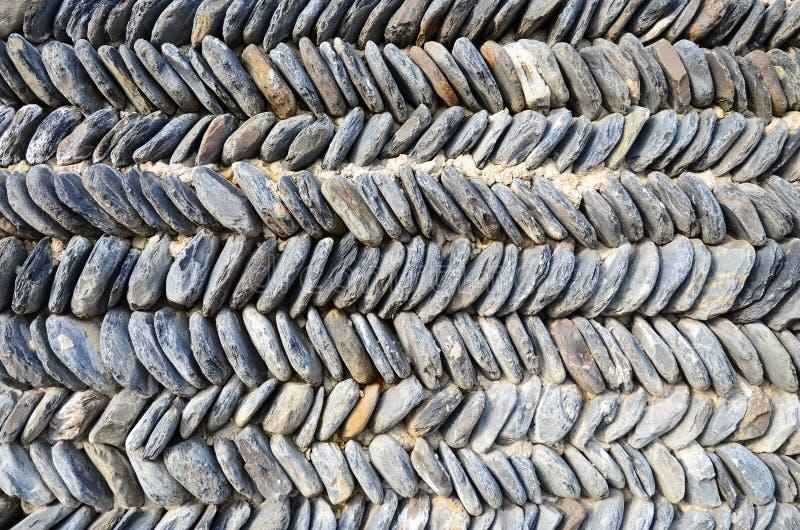 Типичная грузинская каменная стена, штабелированный зигзаг стоковое фото