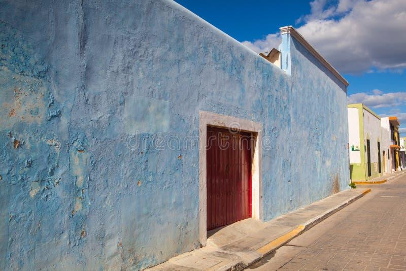 Типичная колониальная улица в Кампече, Мексика стоковые фотографии rf