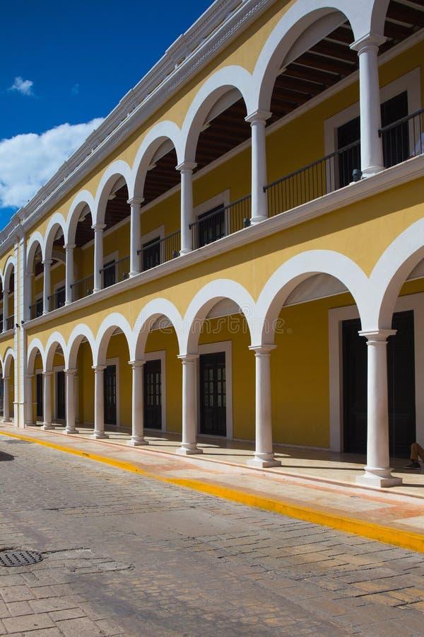 Типичная колониальная улица в Кампече, Мексика стоковое фото rf