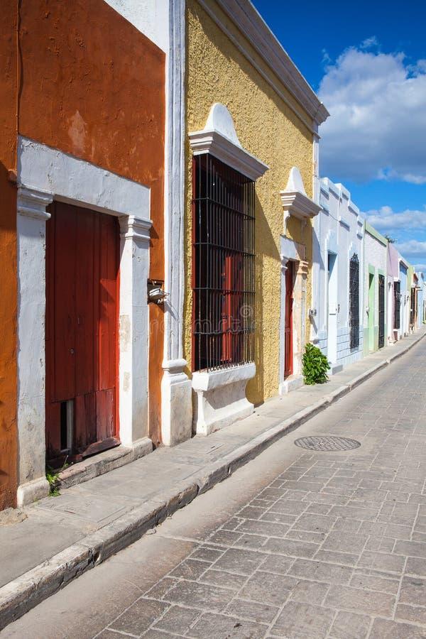 Типичная колониальная улица в Кампече, Мексика стоковое изображение