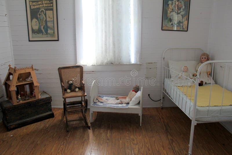 Типичная комната ребенка внутри дома 1900 железнодорожного мастера восточного побережья Флориды пляжа Pablo #93,2015 стоковые фото