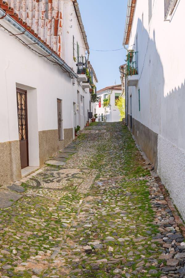 Типичная мощенная булыжником улица деревни в Уэльве, Линаресе de Ла Sie стоковое изображение