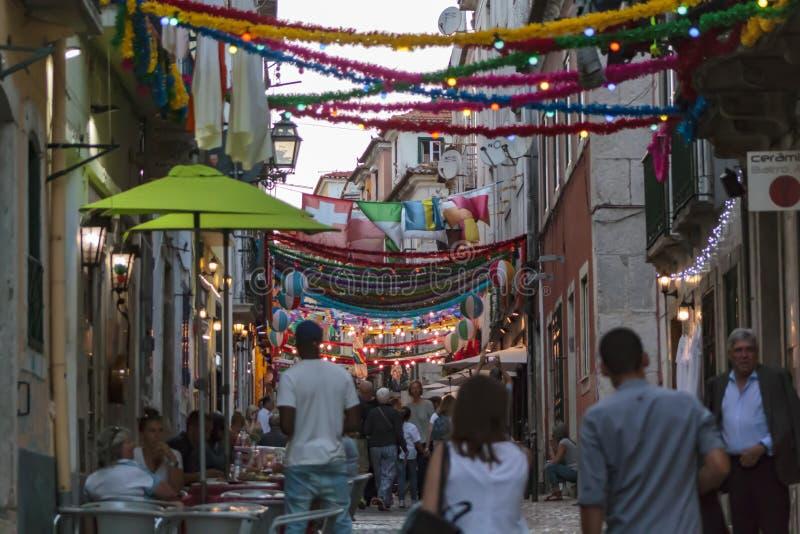 Типичная португальская улица с популярным украшением Святых стоковое фото
