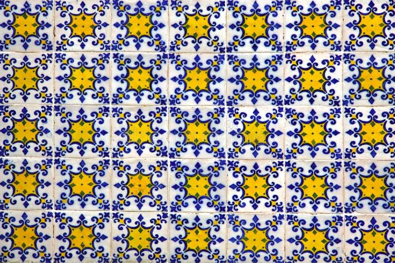 Типичная португальская старая керамическая стена кроет Azulejos черепицей стоковое изображение rf