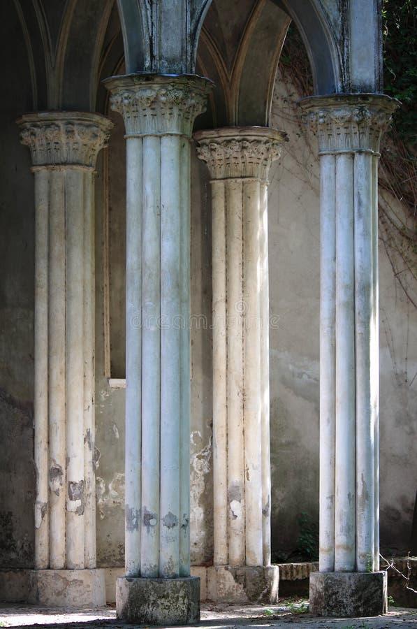 Типичная средневековая колоннада в Риме стоковое изображение rf