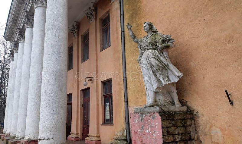 Типичная старая советская скульптура в сельской местности Одессы Украины Монументальные скульптуры Социальн-реализма в руинах  стоковая фотография rf