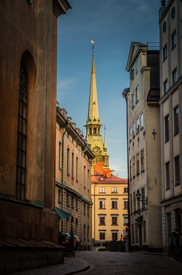 Типичная узкая улочка Швеции с булыжником, Стокгольмом, Швецией стоковая фотография