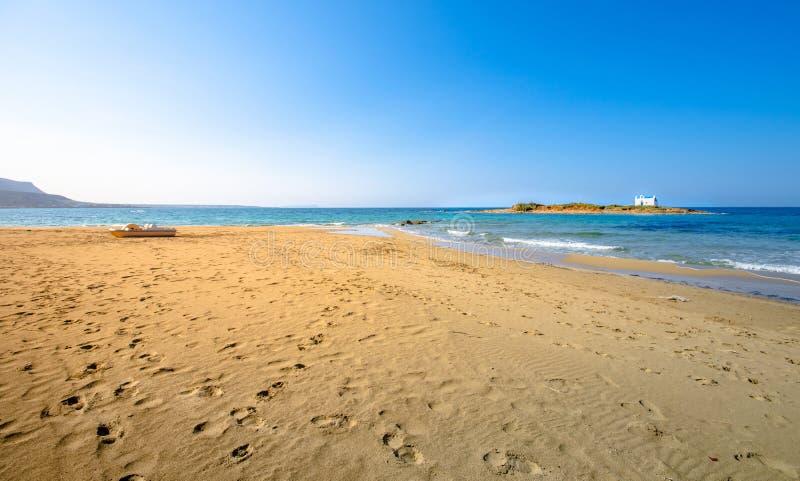 Типичное изображение лета изумительного наглядного взгляда песчаного пляжа и старой белой церков в малом isl стоковая фотография rf