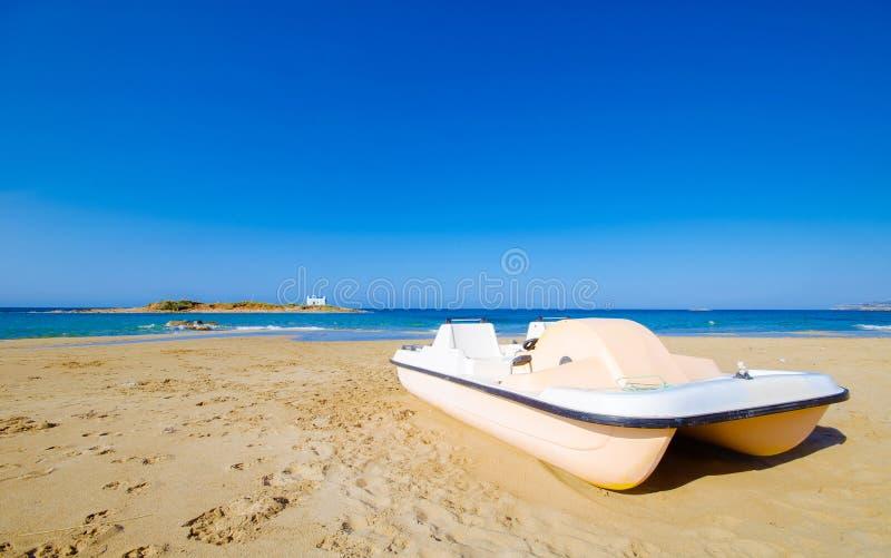 Типичное изображение лета изумительного наглядного взгляда песчаного пляжа и старой белой церков в малом isl стоковое фото