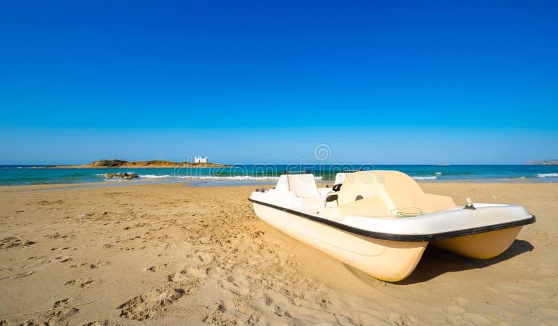 Типичное изображение лета изумительного наглядного взгляда песчаного пляжа и старой белой церков в малом isl стоковое фото rf