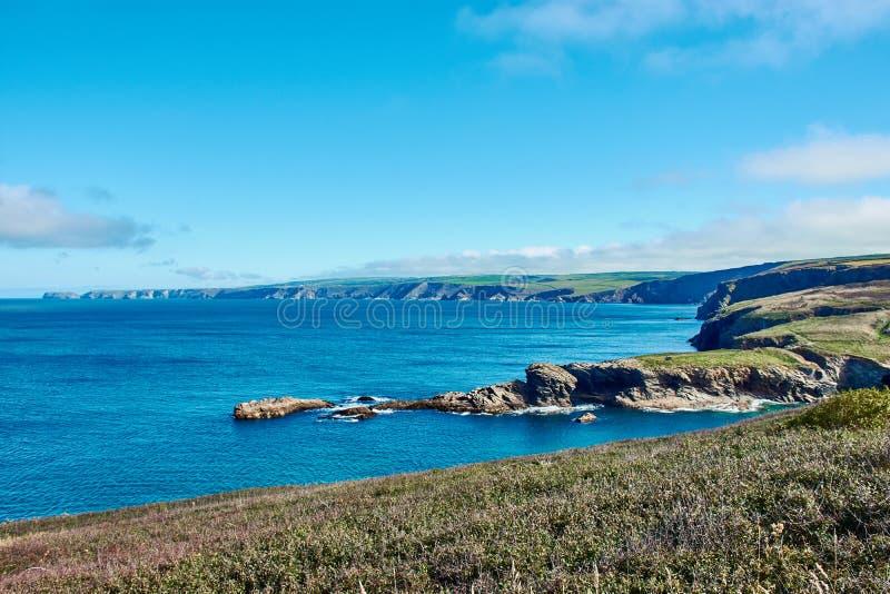 Типичное корнуольское побережье, северный Корнуолл около гаван Исаак стоковые фото