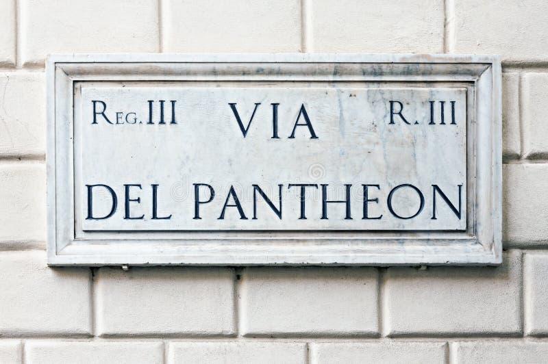 Типичное мраморное имя улицы подписывает внутри Рим стоковые фотографии rf