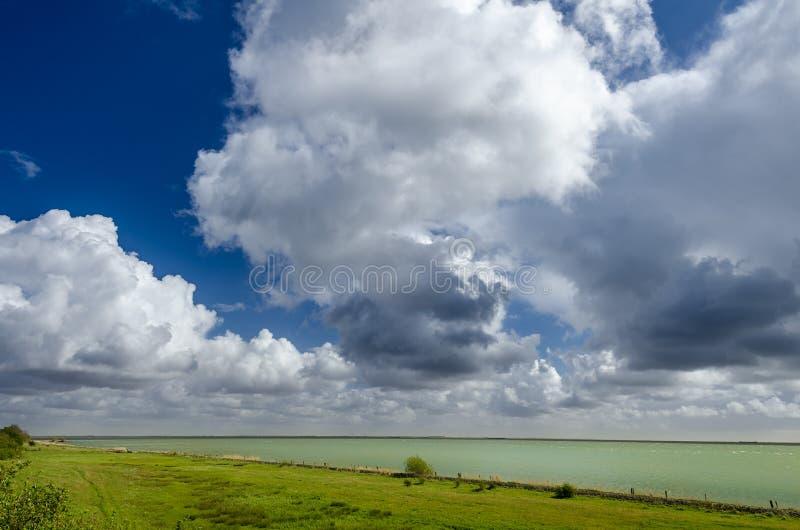 Типичное небо в Голландии; Облака кумулюса стоковая фотография rf