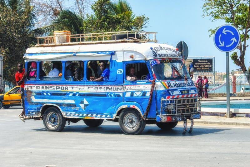 Типичное совместное такси на улицах Дакара в Сенегале стоковое изображение rf