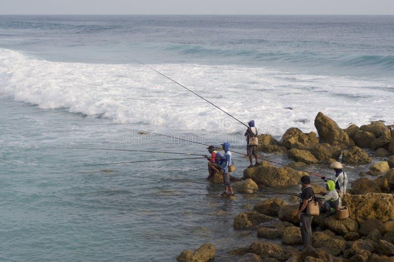 Типичные балийские рыболовы на пляже Melasti стоковая фотография