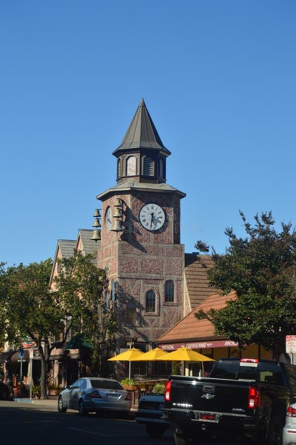 Типичные датские часы в Solvang: Живописная деревня основанная датчанами с их типичным Contructions исторической Дании стоковое изображение rf