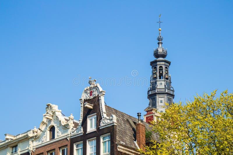 Типичные дома канала Амстердама, Kloveniersburgwal, Амстердам стоковые изображения rf
