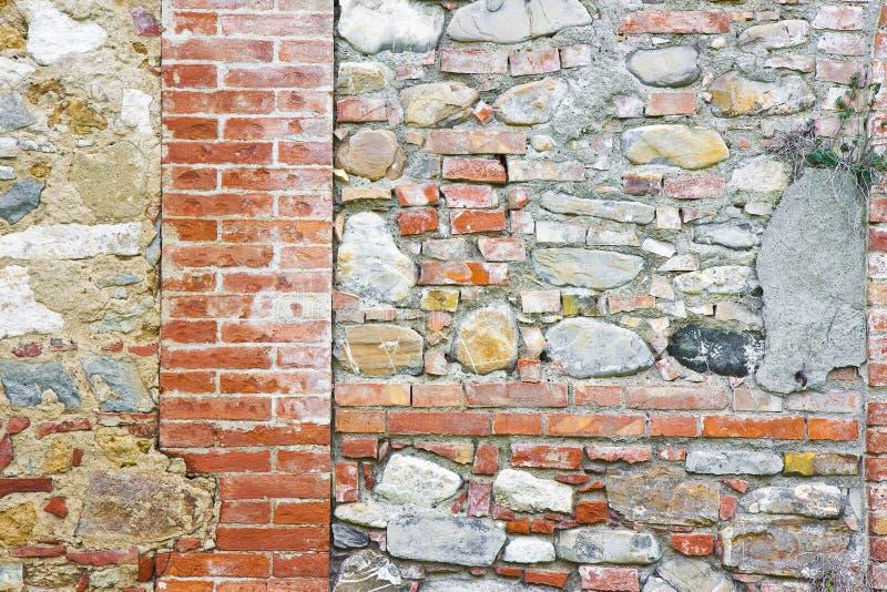 Типичные итальянские старые камень и кирпичная стена стоковое фото rf