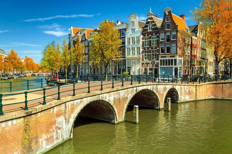 Типичные каналы Амстердама с мостами и красочными домами, Нидерландами, Европой стоковые изображения rf