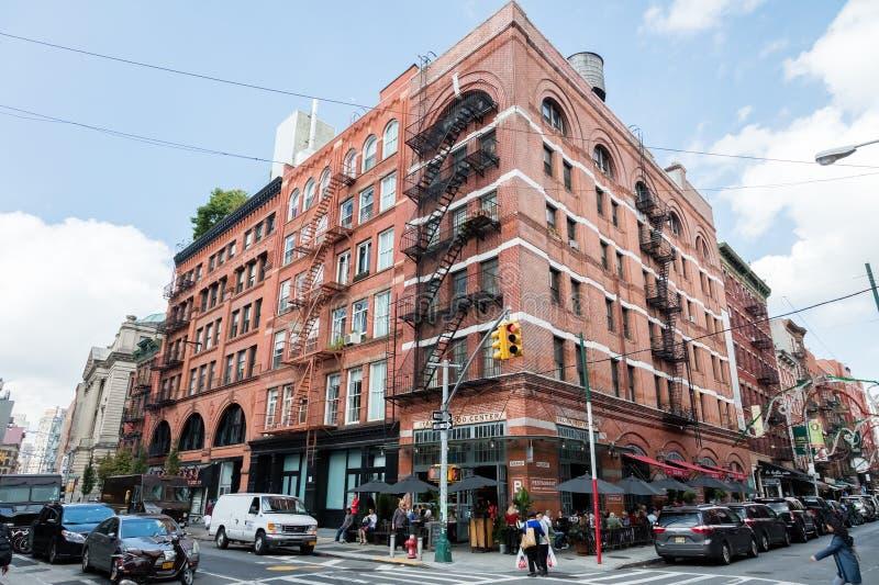 Типичные лестницы огня на доме Нью-Йорка на пересекать st больших и шелковицы в Нью-Йорке, США стоковые изображения
