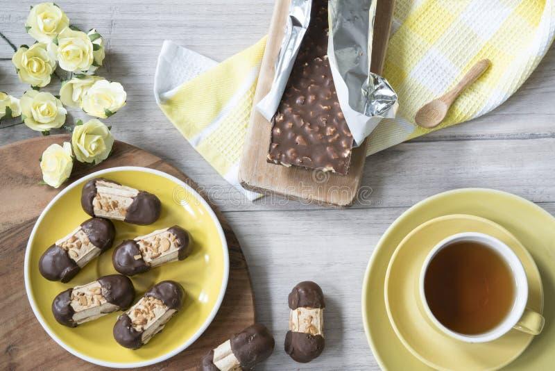 Типичные печенья от Нидерланд, с шоколадом и миндалинами, вызвали Bokkepootje и чашку чаю стоковое изображение rf