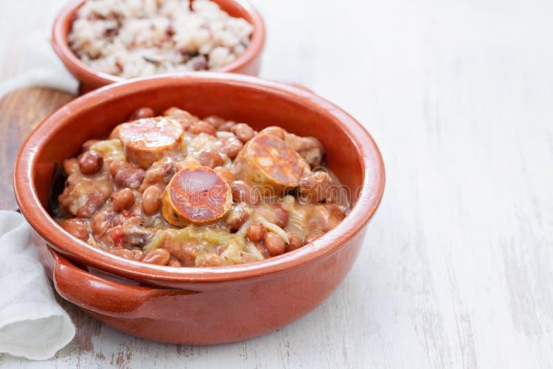Типичные португальские фасоли блюда с мясом, овощами и копчеными сосисками стоковое изображение