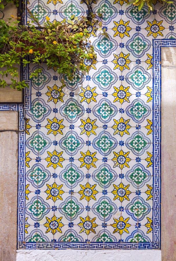 Типичные португальские старые керамические плитки стены & x28; Azulejos& x29; стоковые фотографии rf
