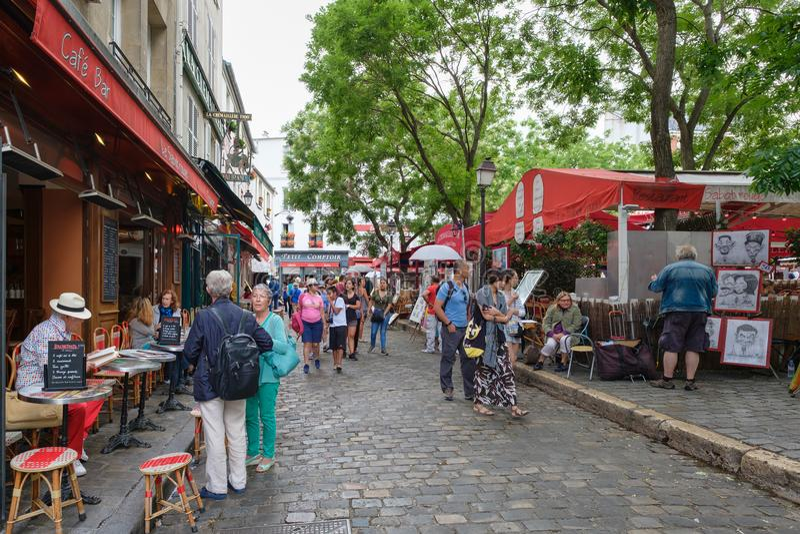 Типичные рестораны и художники продавая их картины на месте du Tertre в Montmartre стоковые изображения