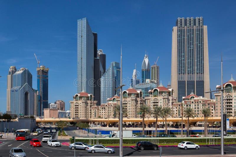 Типичные современные небоскребы и дома в городе Дубай стоковое фото rf