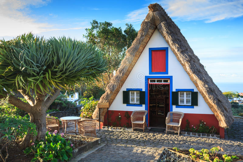 Типичные старые дома на Santana, остров Мадейры, Португалия стоковое фото rf