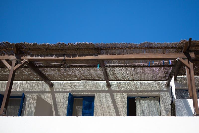 Типичные традиционные белые и голубые фасады стоковое фото
