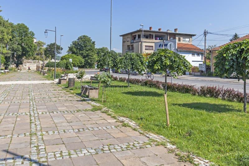 Типичные улица и здание в городке Pirot, Сербии стоковые изображения rf