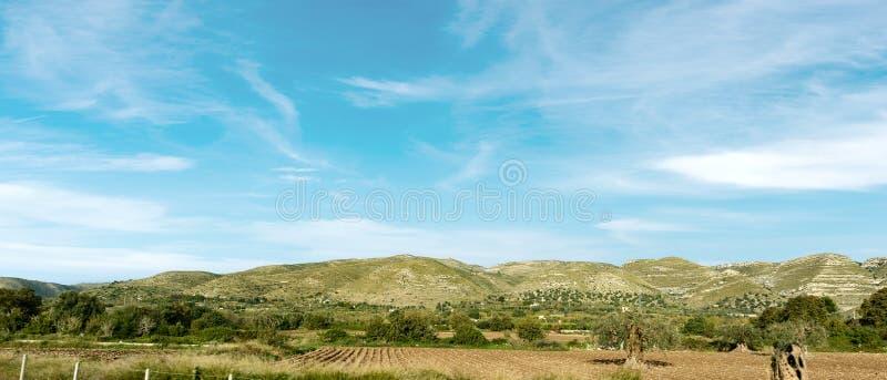 Типичные холмы Сицилии около Siracusa Италии стоковые фотографии rf