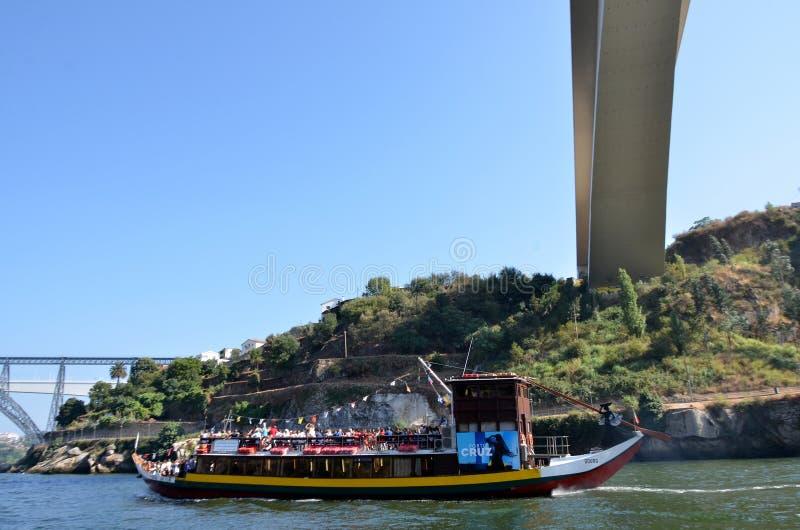 Типичные шлюпки круиза плавая на реке Дуэро стоковое фото