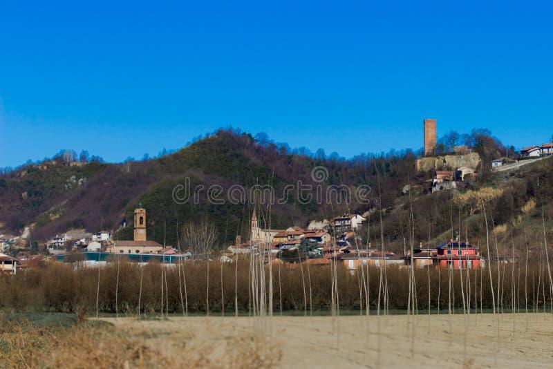 """Типичный взгляд городка Alba Corneliano d """"расположенное в провинции Cuneo в Италии, взгляд содержит главное историческое bui стоковые фотографии rf"""