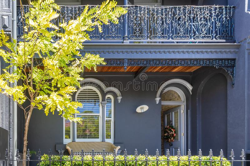 типичный дом террасы в Сиднее Австралии стоковые изображения rf