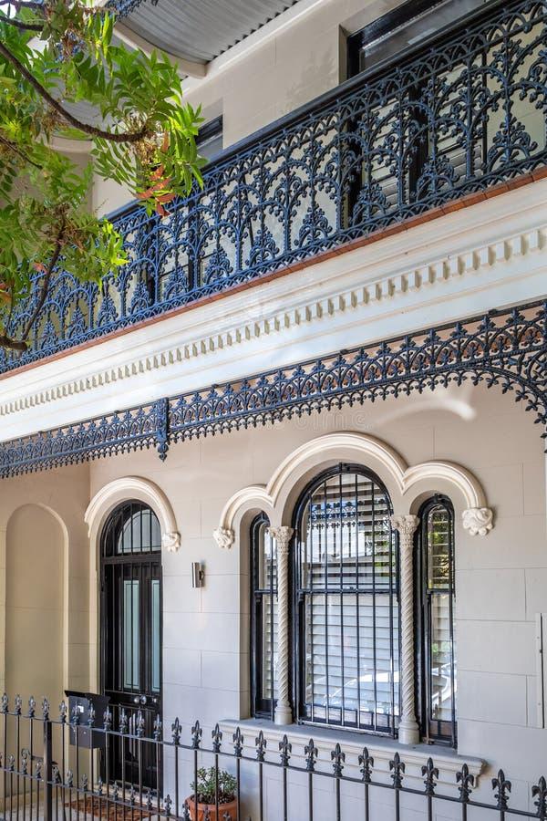 типичный дом террасы в Сиднее Австралии стоковые изображения