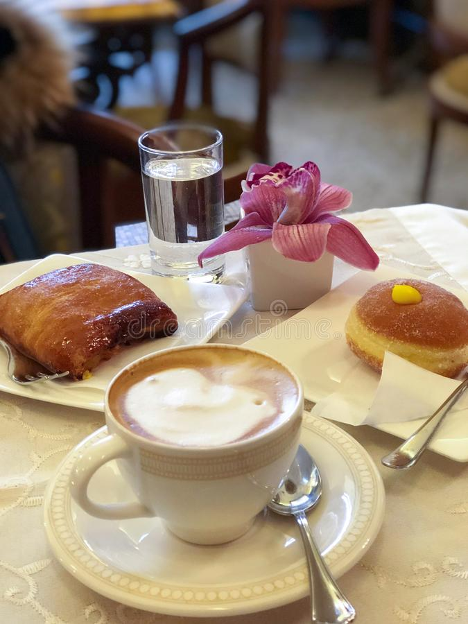 Типичный итальянский завтрак с капучино и бриошами стоковые изображения rf