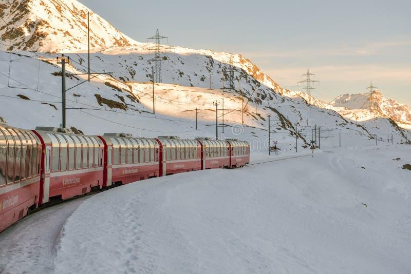 Типичный красный экспресс Bernina ехать через пропуск Bernina стоковые изображения