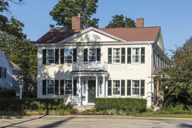 Типичный малый один дом семьи в положениях Новой Англии  стоковое фото rf