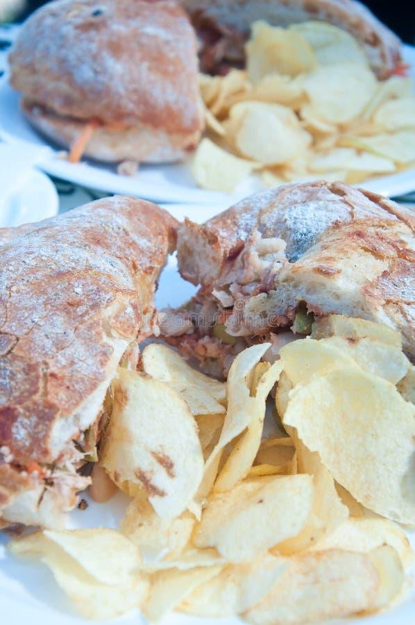 Типичный мальтийсный хлеб вызвал ftira сопровоженный французскими фраями стоковая фотография rf